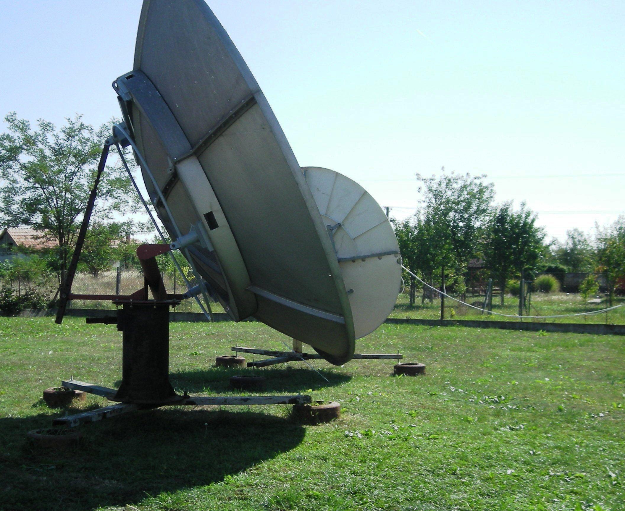 Nagy méretű parabola antenna.